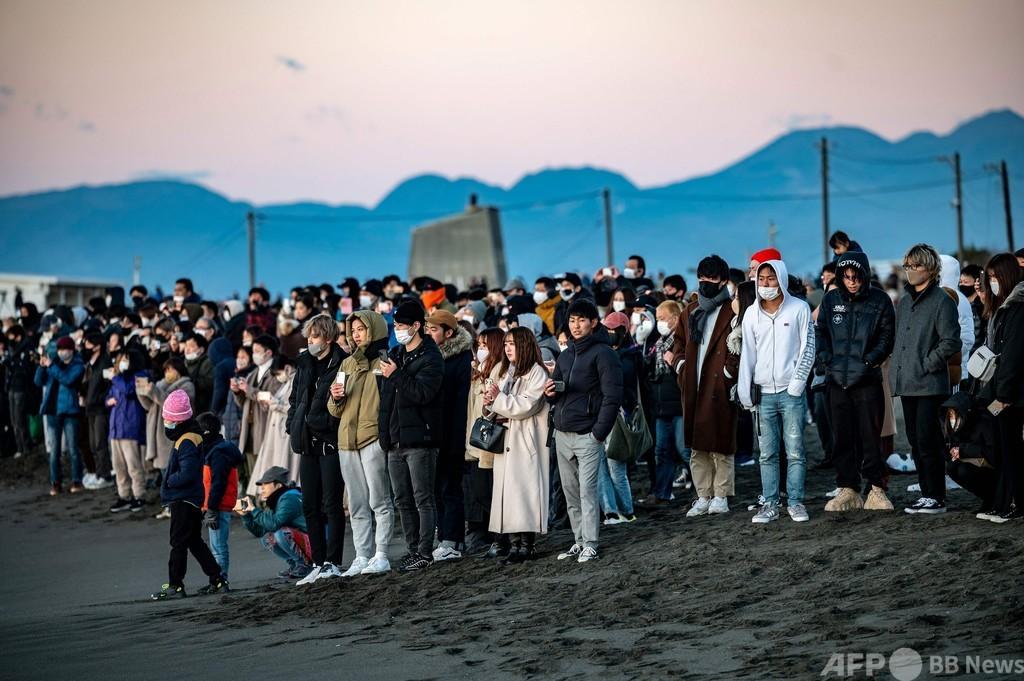 初日の出見ようと大勢が集結、神奈川県のビーチ