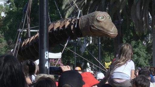 動画:チリ伝統の芸術祭開幕、巨大恐竜のパペットが通りにぎわす