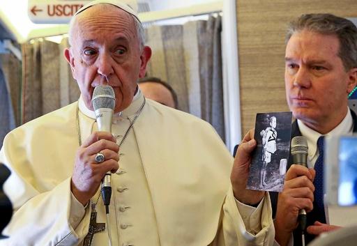 ローマ法王、「焼き場に立つ少年」写真示し核戦争の恐れ警告