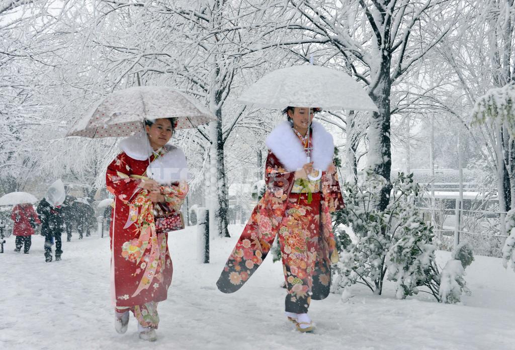 東京都心で積雪、晴れ着も白く染まる