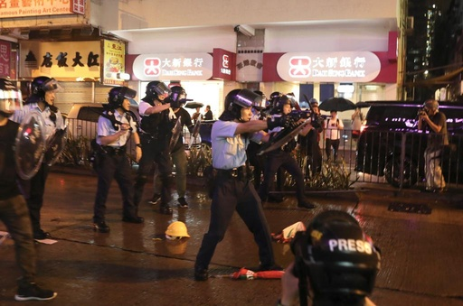 香港のデモ、警察が初の放水銃使用 警官による発砲も