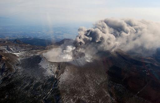 噴煙を上げる霧島連山の新燃岳
