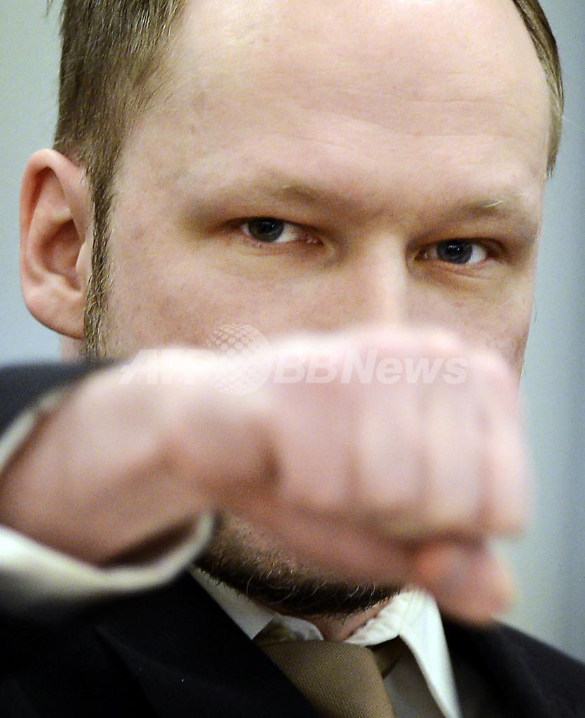 ノルウェー爆破・銃乱射事件のブレイビク被告、初公判で無罪主張