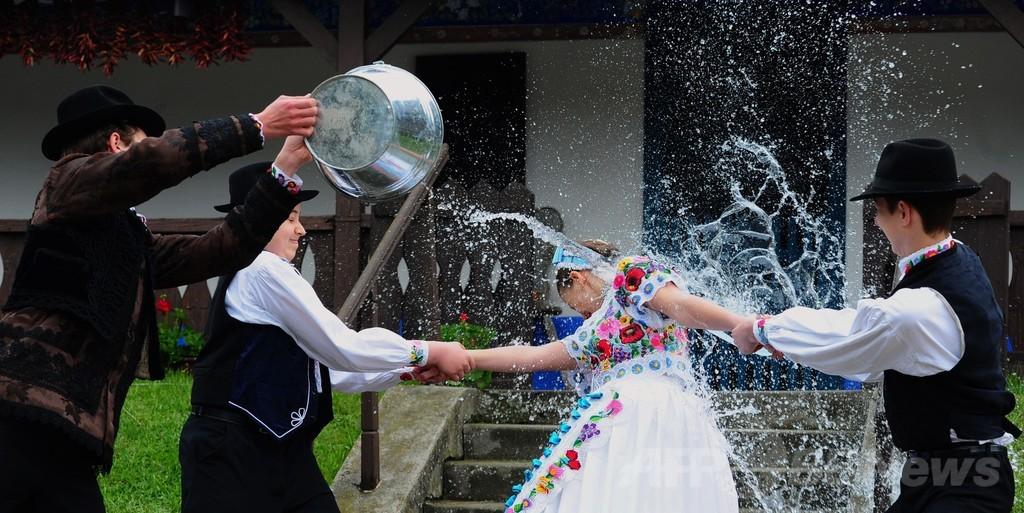 水を浴びせられる少女たち、復活祭の伝統 ハンガリー