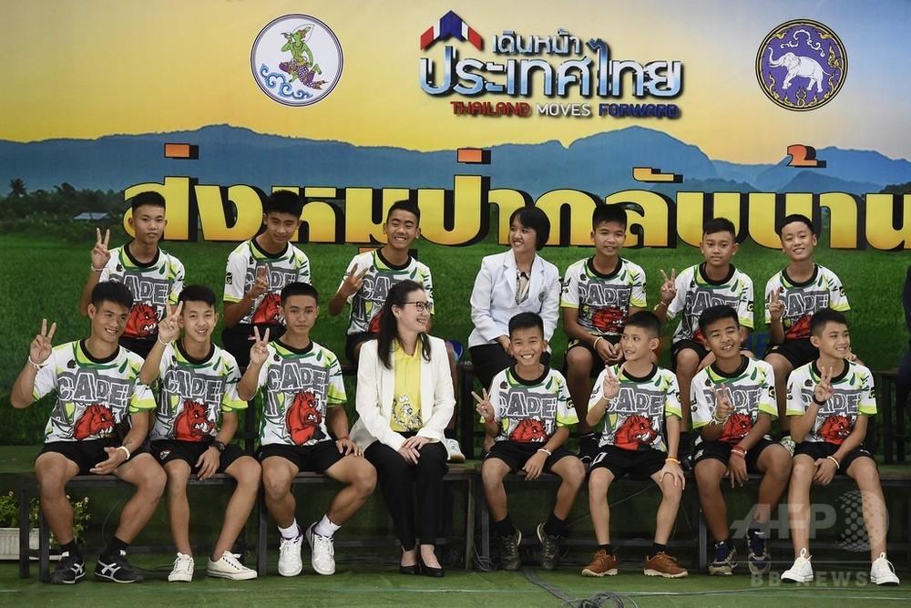 タイ洞窟の少年らが記者会見、元気そうな姿で登場