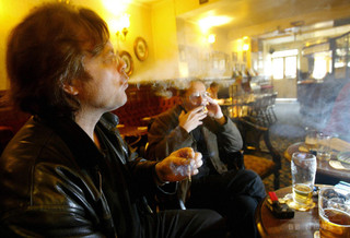 50歳未満の喫煙者、心臓発作リスク8倍に 英研究