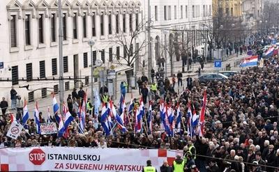 クロアチア首都で大規模デモ、女性への暴力防止条約の批准に反対