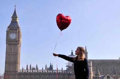 世界の空に放たれる赤い風船、シリアの平和願い 内戦開始3年