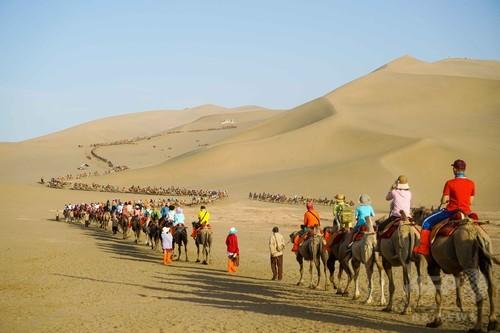 敦煌に観光客の隊列 1日2万人の大台を超える