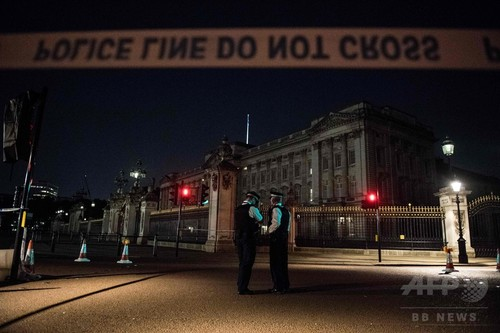 英バッキンガム宮殿前で、害獣対策ロボ、ハリケーン「ハービー」、北朝鮮、愛に飢えた雌ザル ニワトリを