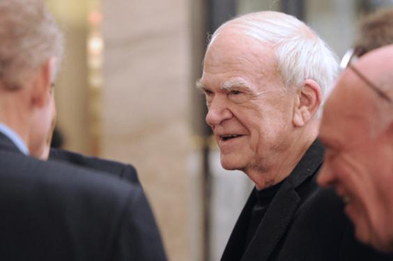 「存在の耐えられない軽さ」の亡命作家、チェコ首相が国籍復活を提案