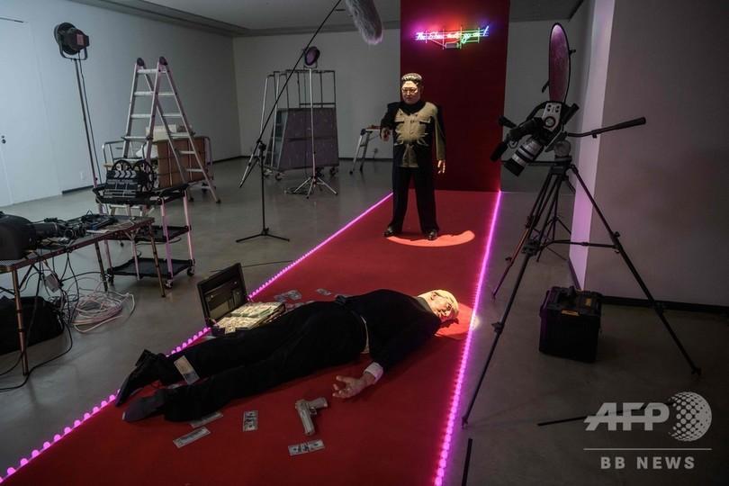 「拳銃を握る金氏、倒れたトランプ氏」 韓国アート展