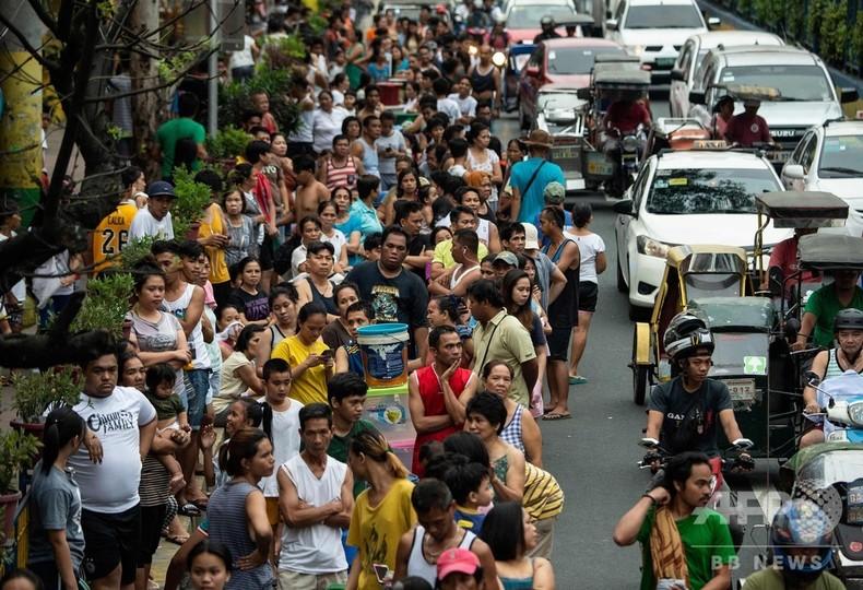 フィリピン首都で「最悪」の水不足、輪番断水で給水車には長蛇の列
