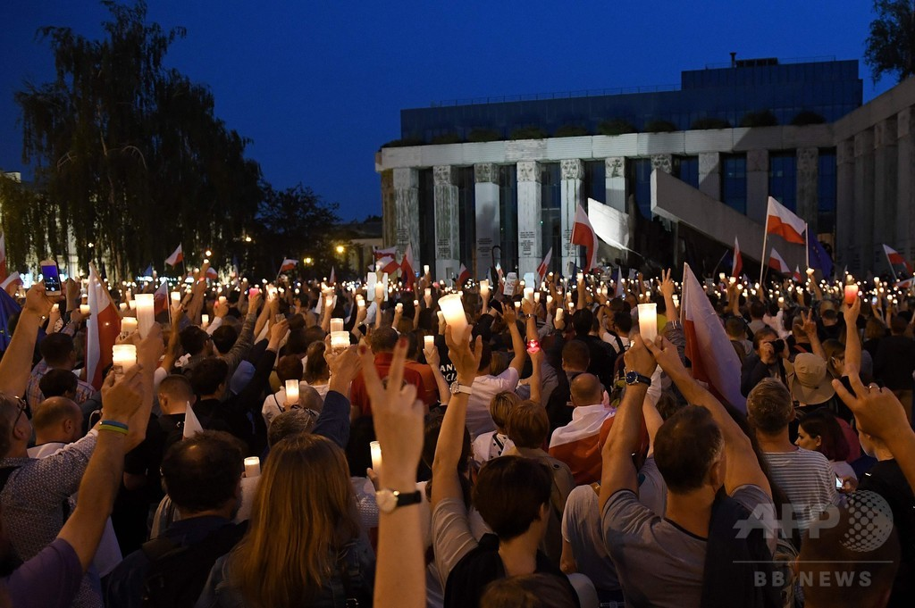 ポーランドで大規模デモ、「法の独立」揺るがす改革に拒否権要求
