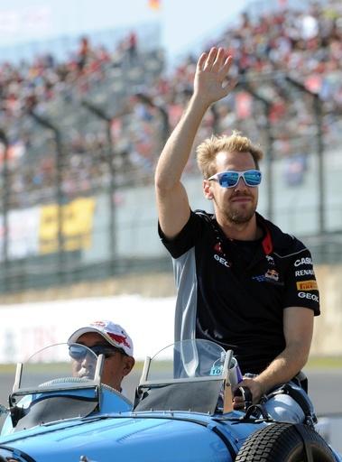 日本GP決勝前にベッテルらがパレード、歓声に応える