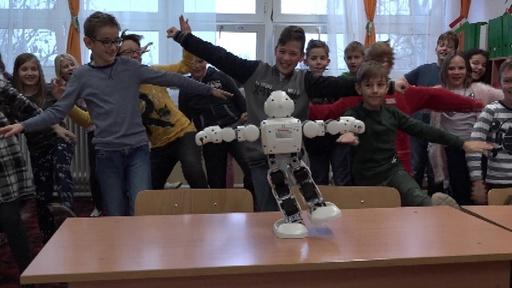 動画:「おしゃべりロボット」で小学生に安全講習、ハンガリー警察が導入