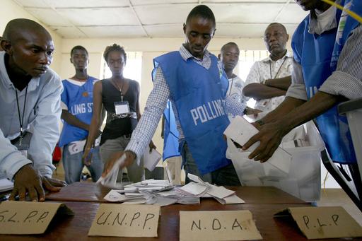 シエラレオネ選挙、国際監視団は「公正さ」を評価、対立陣営は不正を非難