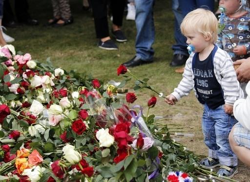 悲劇「防げた」、ノルウェー爆破・乱射事件で政府・警察の対応を批判 独立委