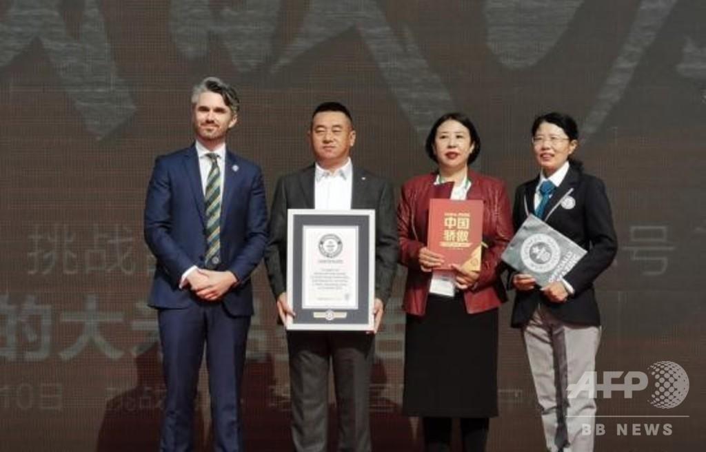 人が一斉に米を食べるギネス世界記録達成 「米」の人文字つくりながら 黒竜江省