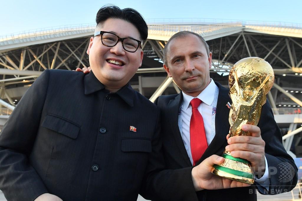 金正恩氏とプーチン氏のそっくりさん、W杯ロシア戦の会場に登場
