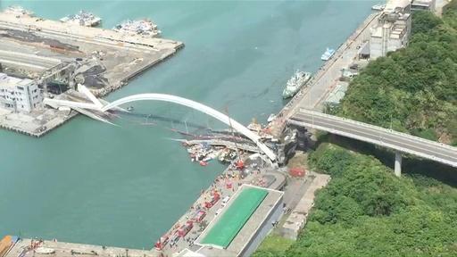 動画:台湾で橋崩落 12人負傷、6人が下敷きになった可能性 橋崩落の瞬間の映像