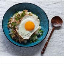 手軽な材料でサッと作れる、鶏そぼろのせご飯