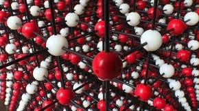 動画:世界最大の3D結晶モデル、塩粒を10億倍に オーストリア
