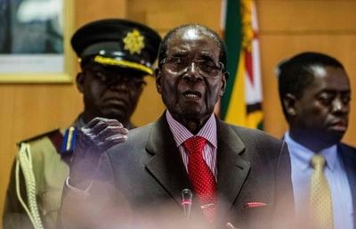 ムガベ大統領が93歳に、続投へ意欲も衰え隠せず ジンバブエ
