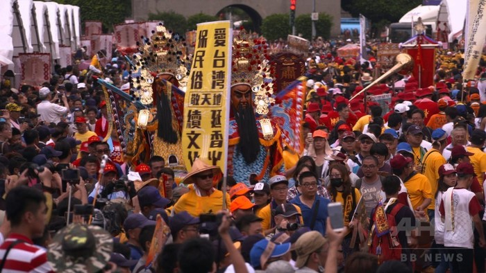 線香で大気汚染? 台湾、当局の抑制策に寺院などが抗議デモ
