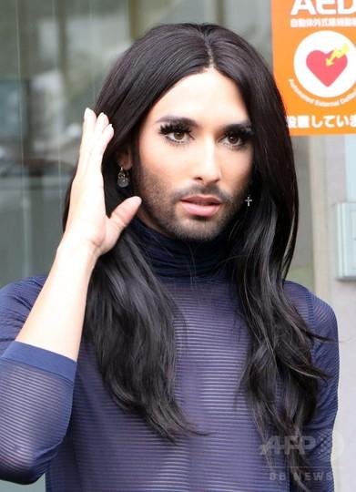 「ひげの女装歌手」コンチータさん来日、渋谷区長と非公開面会