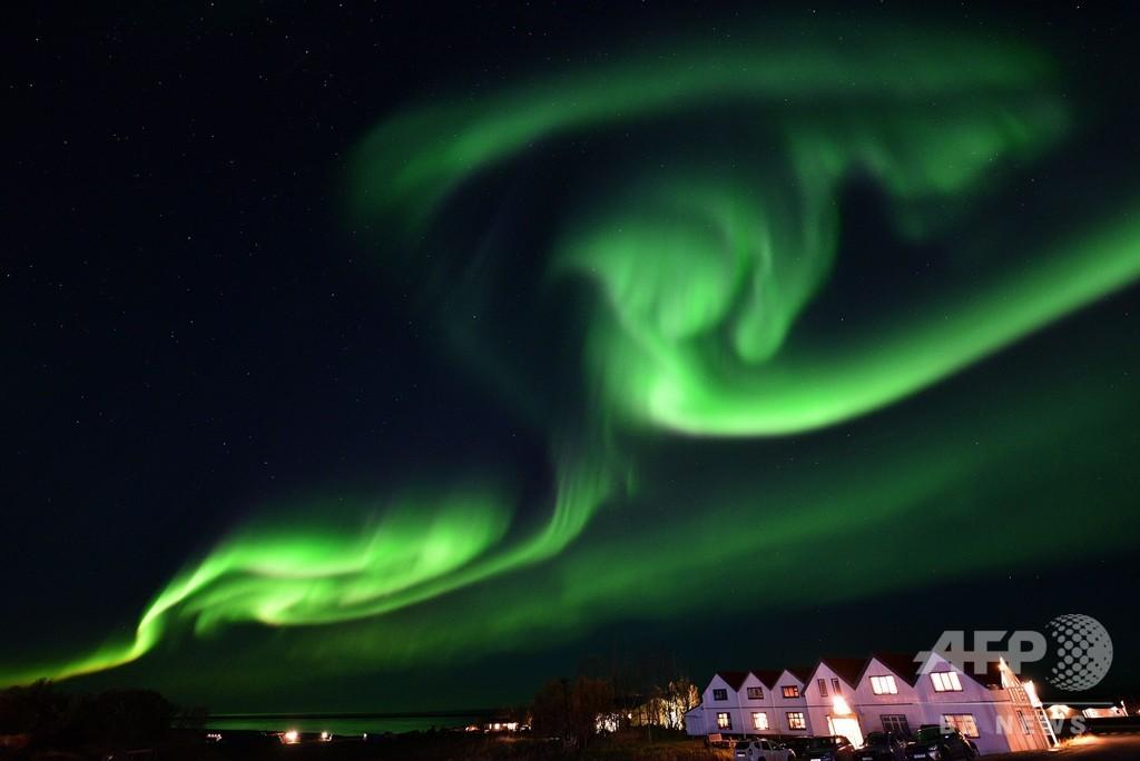 夜空を彩るオーロラ、アイスランドで観測