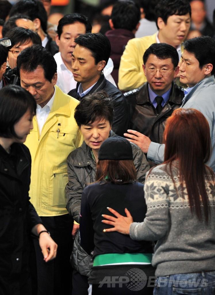 韓国旅客船沈没、死者25人に 不明者家族 大統領に詰め寄る
