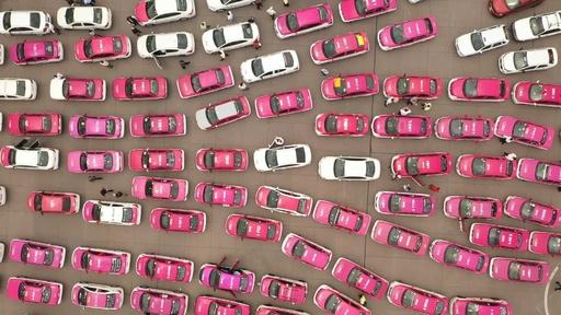 動画:メキシコ首都を埋め尽くすタクシー数千台、配車サービス企業に抗議