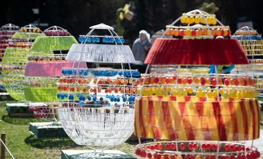 卵で卵? バロック宮殿をカラフルに彩るイースターの装飾 ドイツ
