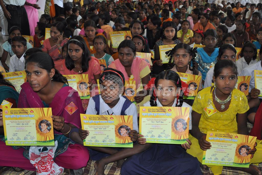 「不要」と名付けられたインド人少女150人、一斉に改名届