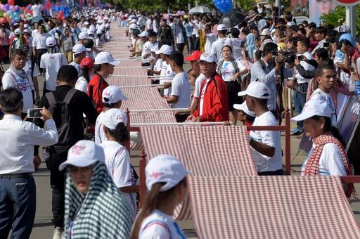 世界一長い手織りのスカーフでギネス記録、カンボジア