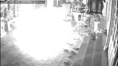 動画:ベトナムで爆発、子ども2人死亡 爆発の瞬間捉えた監視カメラの映像