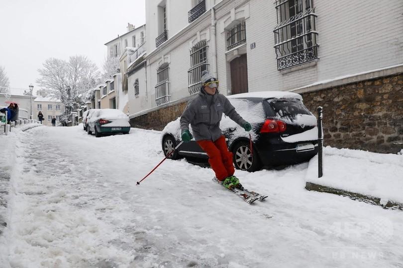 渋滞740キロ…大雪のパリ、交通大混乱 路上にはスキーヤーも登場