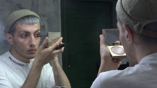 動画:ロシアの男性美容ブロガー、保守的社会の性規範に挑戦