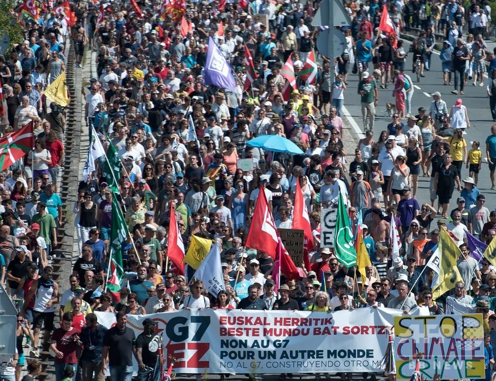 G7サミット開催地周辺でデモ、仏警察 催涙ガスなど使用