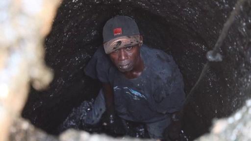 動画:生身でトイレ汚水槽を掃除、清掃人の苦しみの人生 ブルキナファソ