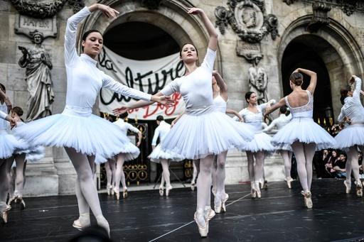 スト中でもクリスマスイブには優雅なひとときを、パリのオペラ座前で「白鳥の湖」