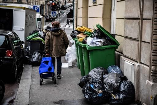 パリはネズミの「オープンバー」年金改革スト、ごみ収集停止に衛生懸念
