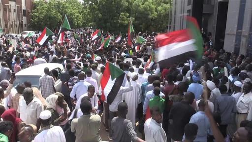 動画:スーダンで暫定憲法に調印、8か月の混乱に終止符 喜びの声 夜更けまで
