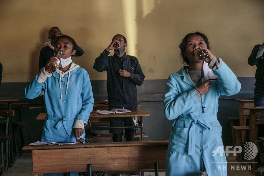 薬草茶の対コロナ効果否認はアフリカ軽視、マダガスカル大統領が非難