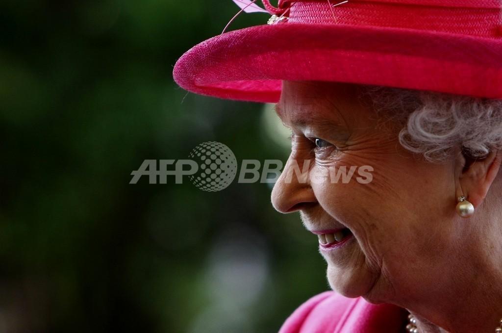 英国のお肉屋さん、女王からの勲章授与式でも耳にボールペン