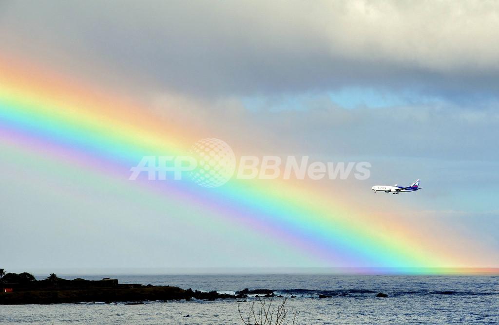 イースター島にかかる巨大な虹