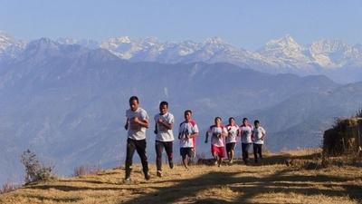 動画:ネパールの僧侶7人、僧衣脱ぎマラソン 地震から3年 村の復興へ