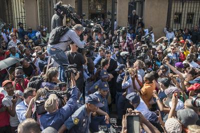 【AFP記者コラム】メディア・スクラム──集団過熱取材の狂気