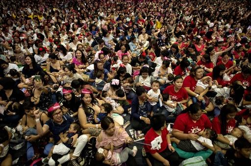 ママ1500人が一斉に授乳 母乳推進キャンペーン フィリピン